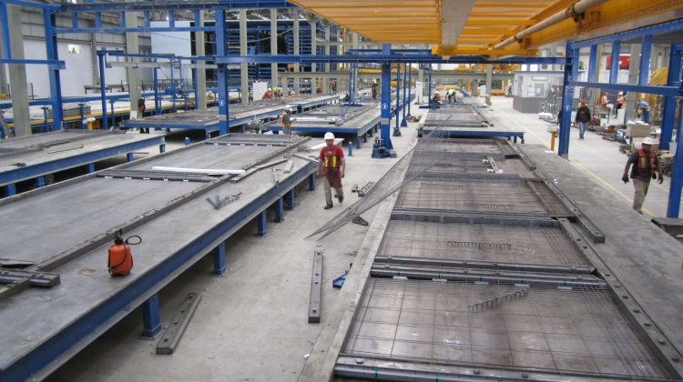Placing of reinforcement in a pallet carousel system